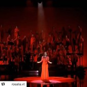 Hoy nos despedimos con la actuación de Rosalía en los Goya!! Impresionante