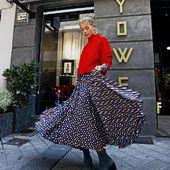 Look realizado por @maria_carrera5 para @yoweworld con @caarliinaa_ vestida de @ladoublej y jersey de @victoriabeckham .,botines de @clergerie ❤️💙 Visita nuestra tienda online  www.yoweonline.com